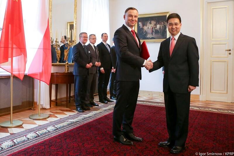 Ambasador ChRL w Warszawie Liu Guangyuan oraz prezydent RP Andrzej Duda