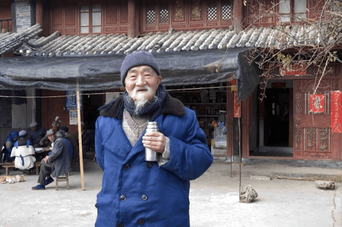 90- letni lekarz ludowy dr Ho Shi Xiu