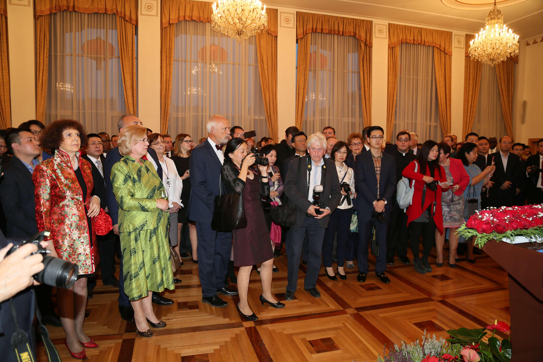 Zaproszeni goście wysłuchują przemówienia Ambasadora Chin w Polsce, JE Xu Jiana