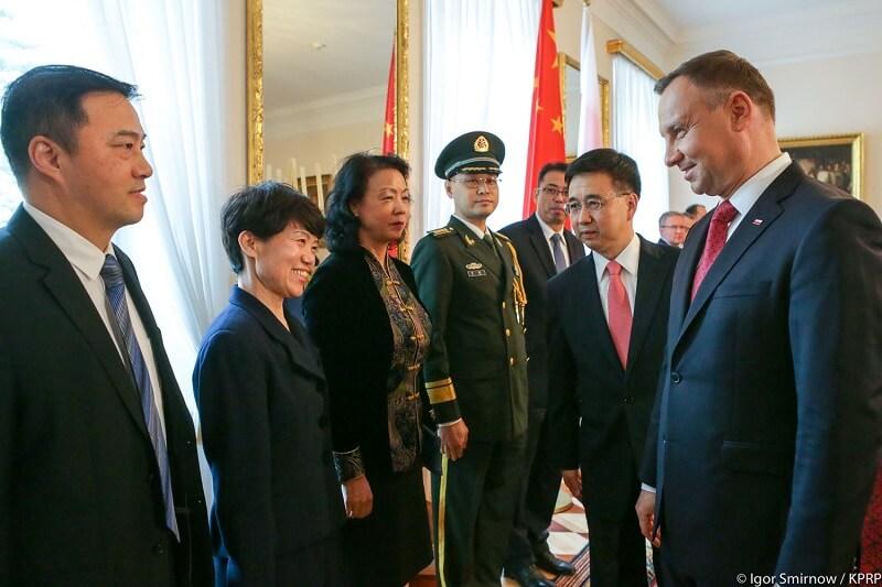 Ambasador ChRL w Warszawie Liu Guangyuan przedstawia swoich pracowników