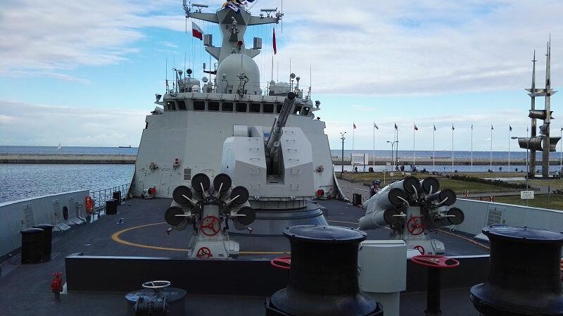 pokład okrętu i potężne działo